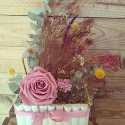 Centro rustico el viento lleva: rosa preservada y flores secas.