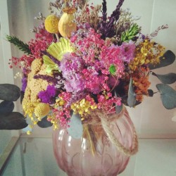 Ramos de flor seca y preservada en jarron