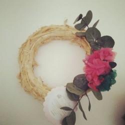 Corona de paja con flor preservada