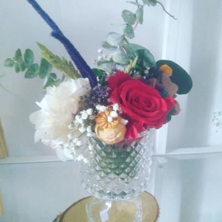 Copa de cristal con flores preservadas