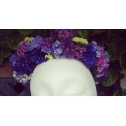 Corona con flores de limonium secas.